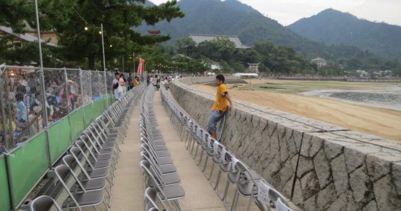 宮島水中花火大会の席の確保に朝から行けないという方はぜひ有料席の予約を!