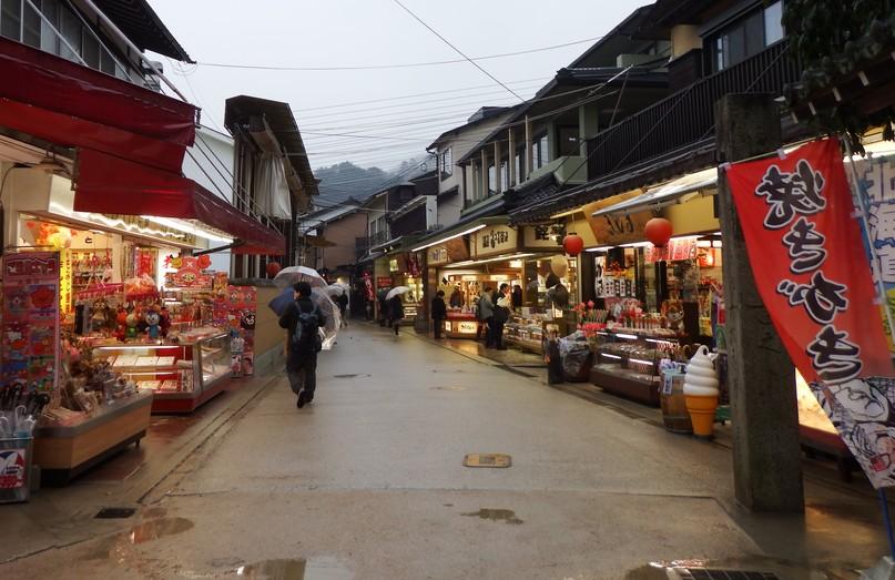 厳島神社(寝殿と鳥居)でだいたい1時間くらいで、参道のお土産屋さんでだいたい1時間くらい