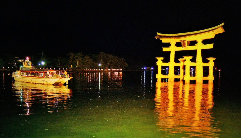 2:龍頭船(りゅうとうせん)「もみじ」