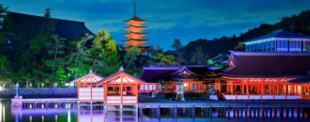 秋の宮島の紅葉を「船」から遠目に見る贅沢なひととき (2)