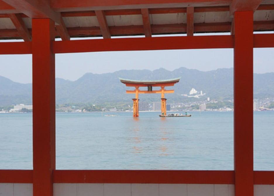 「浮かんだ」厳島神社の境内から海を見る