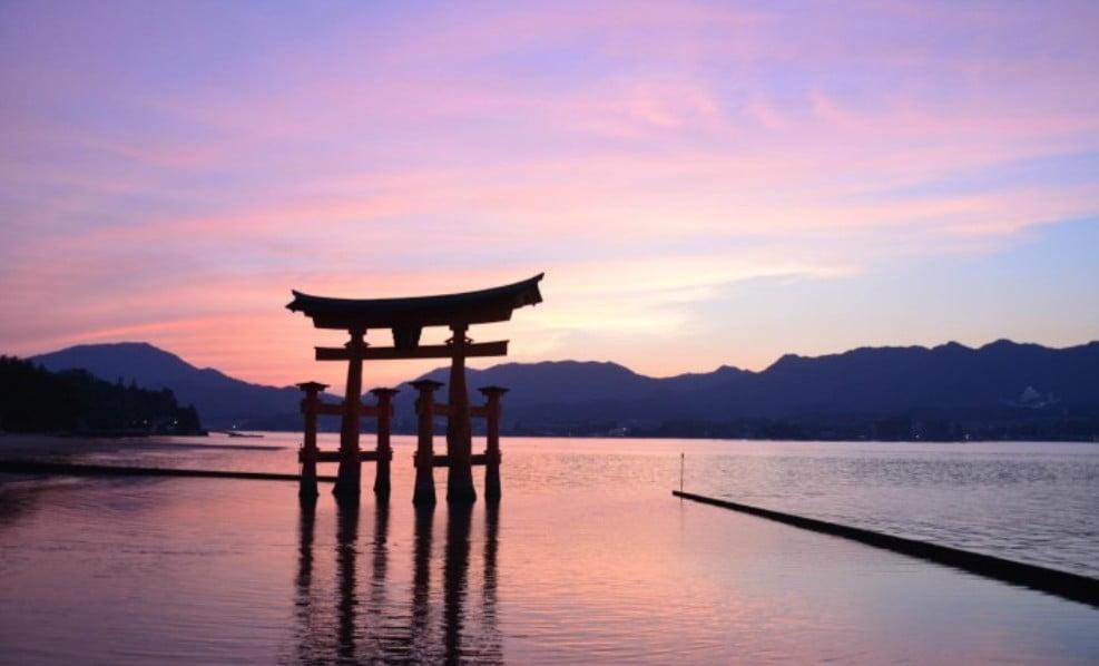 夕日をバックに大鳥居の写真を撮る!